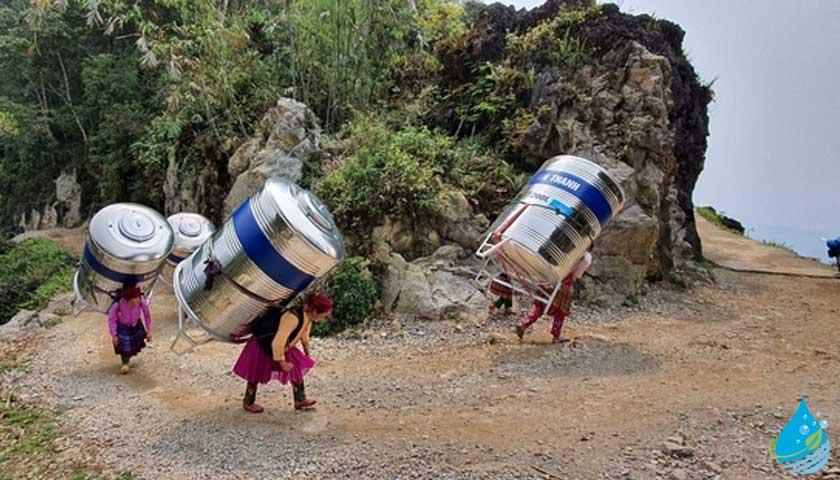 Su tankı taşıyan vietnamlı kadınlar