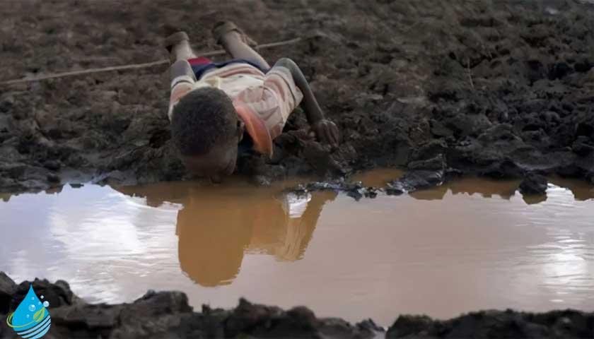 Afrikalı susuz kalan çocuk